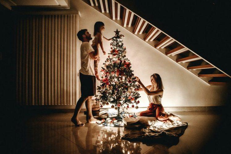 Famille décorant son sapin